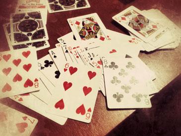 Игральные карты разбросаны по столу
