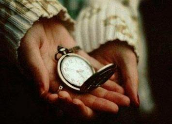 Часы в открытой ладони