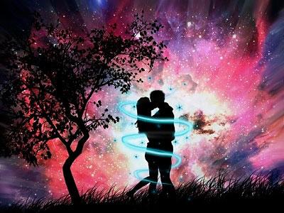Пара целуется в волшебном месте