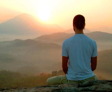 Парень сидит в горах