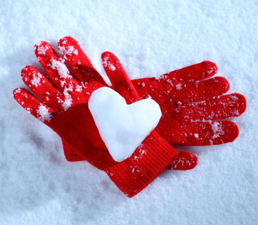 Сердце из снега на перчатках