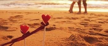 Палочки с сердечками на пляже
