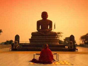 Женщина молится возле Будды
