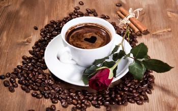 Чашка кофе и красная роза