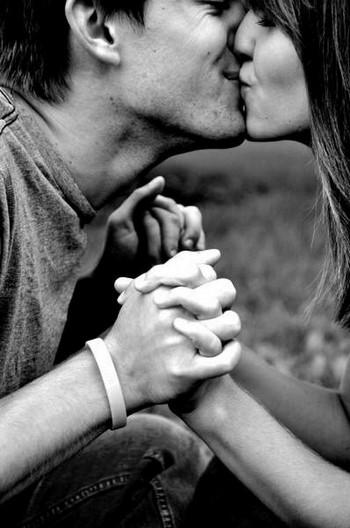 Парень и девушка целуются