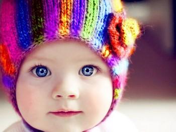 Ребенок в забавной шапочке