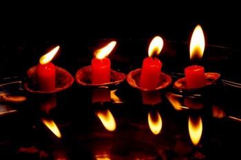Четыре красные свечи
