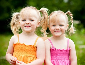 Две девочки близняшки