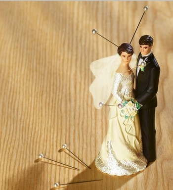Иголки воткнуты в фигурку невесты