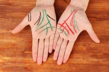 Руки с нарисованными линиями