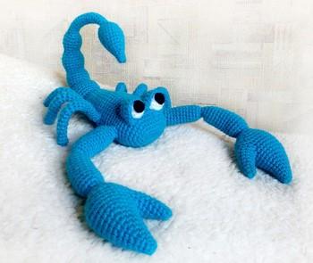 Вязанный голубый скорпион