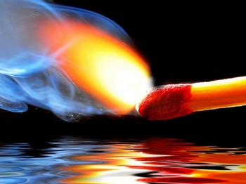 Зажженная спичка над водой