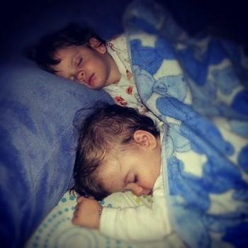 Дети спят под одеялом