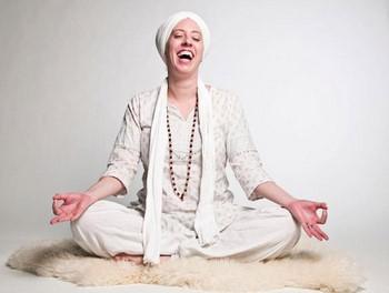 Девушка медитирует и смеется