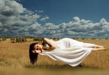 Девушка парит во сне