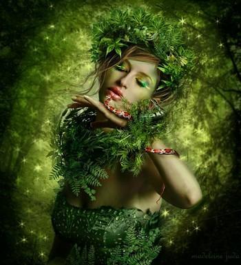 Девушка вся в зеленом в лесу