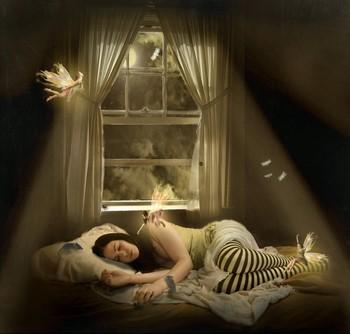 Феи вокруг спящей девушки