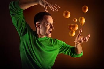 Парень держит мандарины силой мысли