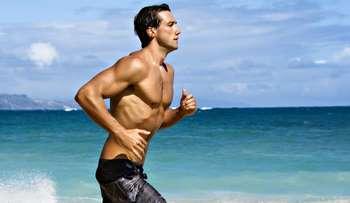 Парень бежит по пляжу