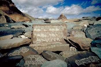 Тибетские иероглифы на камнях
