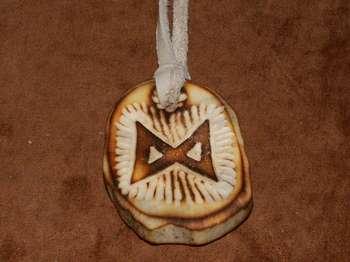 Амулет из дерева с руной дагаз