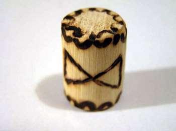 Деревянный амулет с руной дагаз