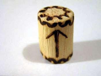Деревянный амулет с руной тейваз