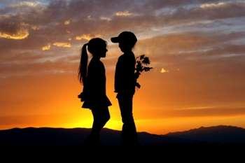 Мальчик и девочка на закате