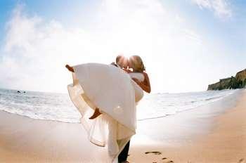 Молодожены на пляже целуются