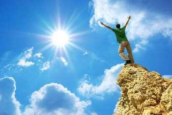 Мужчина стоит на горе
