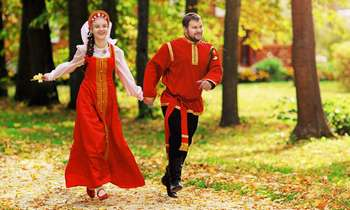 Парень и девушка бегут по дорожке