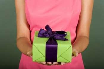 Подарочная коробка в руках девушки