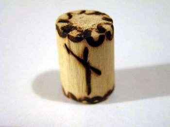 Руна наутиз на деревянном бочонке