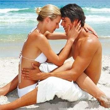 Парень и девушка целуются на пляже