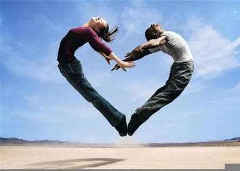 Парень и девушка в прыжке сделали сердечко