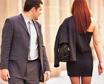 Мужчина смотрит женщине вслед