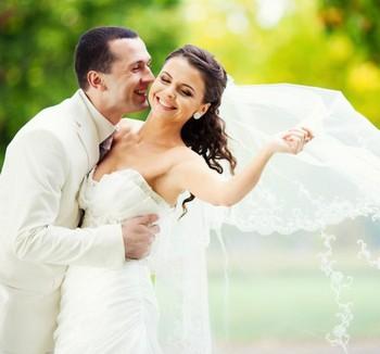 Жених целует невесту в щеку