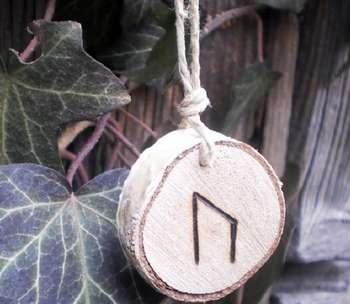 Деревянная подвеска с руной уруз