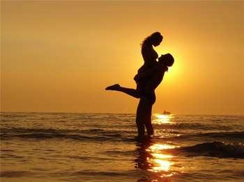 Парень и девушка обнимаются на пляже