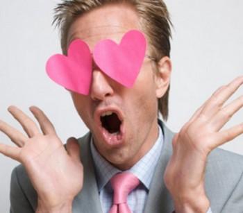 Бумажные сердечки на глазах мужчины