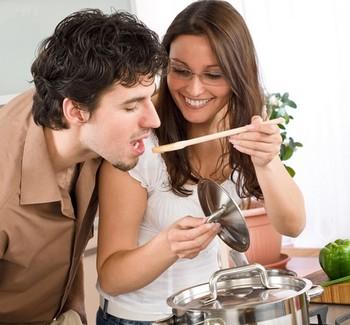 Девушка дает попробовать парню еду