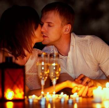 Девушка и парень целуются при свечах