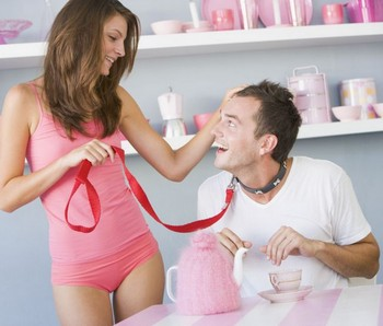 Девушка надела на мужчину розовый ошейник