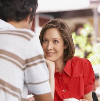 Девушка внимательно слушает парня