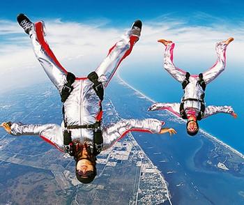Двое прыгают с парашютом
