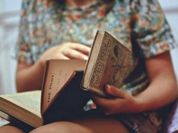 Книги в руках у девушки