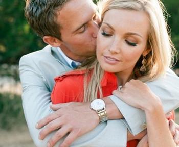 Муж целует жену в щеку