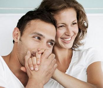 Мужчина целует женщине руку