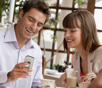 Мужчина что-то показывает женщине в телефоне
