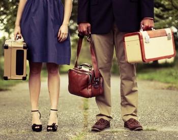 Мужчина и женщина с чемоданами